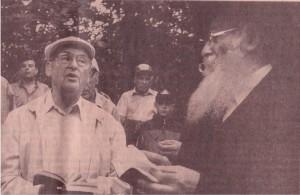 Simon Yarmusch i rabin Pinchas Joskowicz. W głębi Jan Holota z wnukiem
